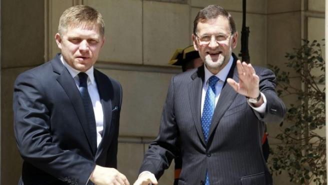 El presidente del Gobierno, Mariano Rajoy (d), saluda al primer ministro de la República Eslovaca, Robert Fico