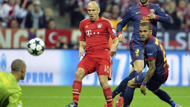 Robben, del Bayern, remata a puerta durante la ida de las semifinales de la Champions 2012-13 observado por los jugadores del Barça Piqué y el brasileño Dani Alves.