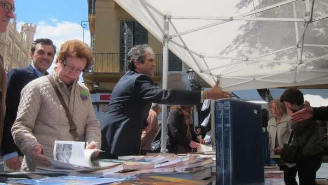 Rafael Bosh celebrando el Día del Libro en la plaza de Cort