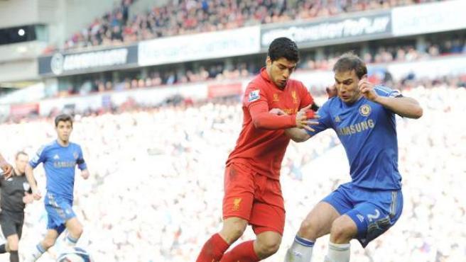 El delantero del Liverpool, Luis Suárez, y el defensa del Chelsea Ivanovic en un momento del partido entre ambos equipos.