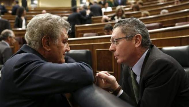 El presidente de la Cámara Baja, Jesús Posada, conversa con el ministro de Justicia, Alberto Ruiz Gallardón, antes de la sesión de control al Gobierno.