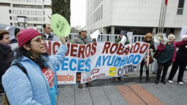 Varias personas muestran una pancarta de protesta en las inmediaciones de los Juzgados de Plaza de Castilla.