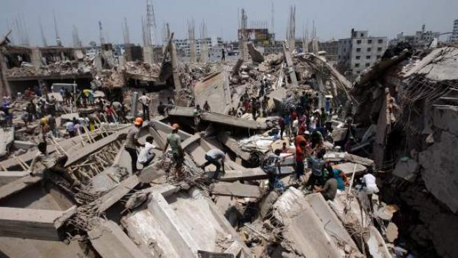 Un grupo de personas ayudan en las labores de rescate tras el colapso del edificio de ocho plantas Rana Plaza, en Dacca, Bangladesh.
