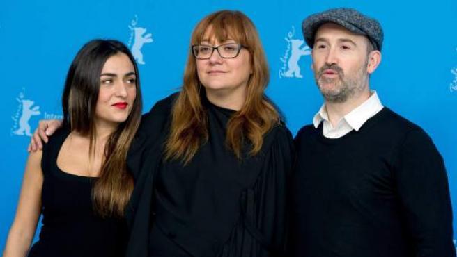 Isabel Coixet entre Candela Peña y Javier Cámara, protagonistas de su película 'Ayer no termina nunca'.