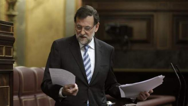 El presidente del Gobierno, Mariano Rajoy, revisa sus papeles en el estrado del Congreso, en una imagen de archivo.