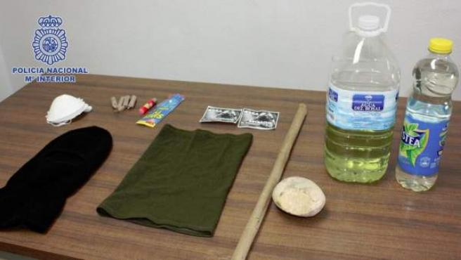 Algunos de los objetos incautados, gasolina, petardos y bengalas, a varias personas supuestamente relacionadas con el 25-A.