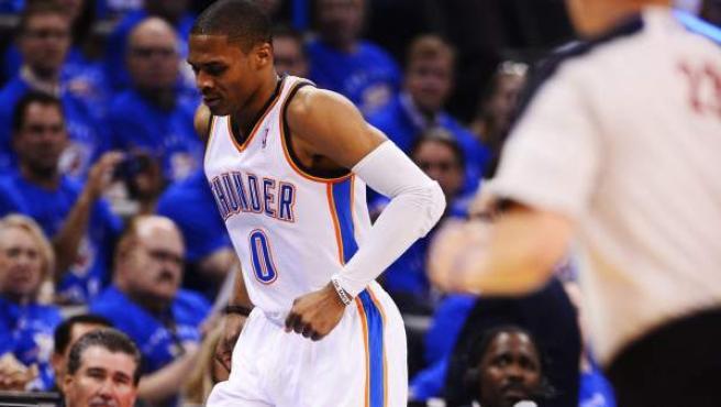 Russel Westbrook, base de Oklahoma City Thunder, se lesionó en el partido ante los Rockets.