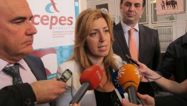 La consejera de Presidencia e Igualdad, Susana Díaz, atiende a los medios