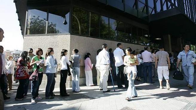 Imagen de archivo de varias personas esperando para acceder a la sede del Registro Civil de Madrid.