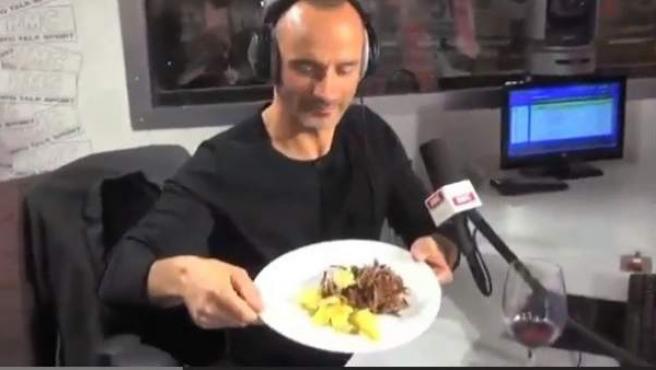 El exfutbolista y comentarista Di Meco, con su rata cocinada.