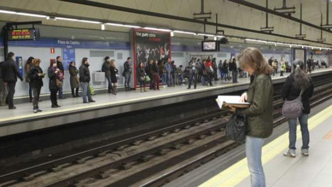 Usuarios del metro esperan la llegada del tren en los andenes de la estación de Plaza de Castilla.