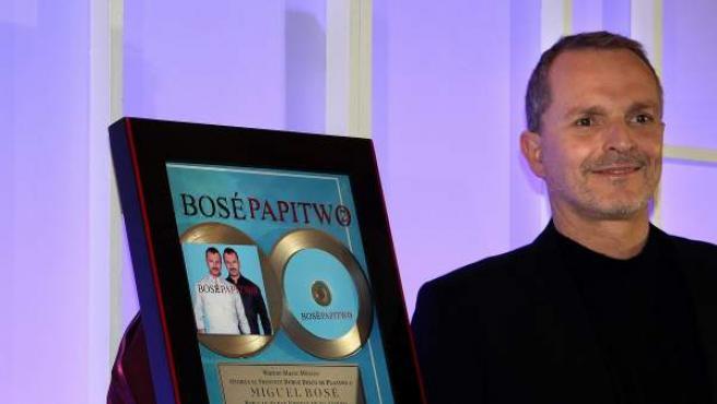 El cantante español Miguel Bosé posa durante una rueda de prensa en Ciudad de México.
