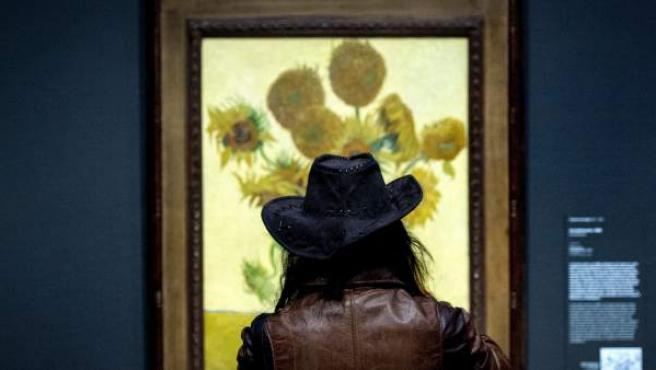 Una mujer contempla el cuadro Los Girasoles en la reapertura del museo Van Gogh de Amsterdam.