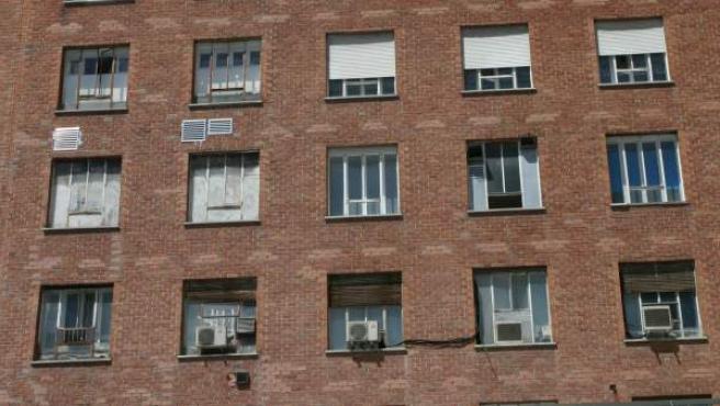 Fachada sur del hospital Clínico San Carlos, con ventanas deterioradas y persianas en mal estado.