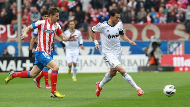Gabi, capitán del Atlético de Madrid y Pepe, capitán del Real Madrid, en un momento del derbi.