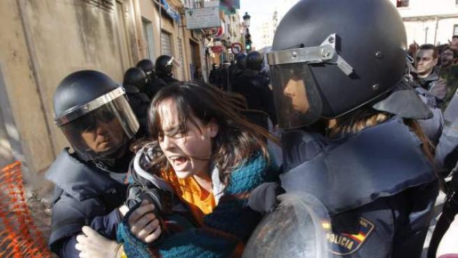 Un grupo de estudiantes, al que también se han sumado algunos padres de alumnos y dirigentes políticos de izquierda, han cortado el tráfico en el centro de Valencia, frente al IES Lluís Vives, donde la Policía detuvo a seis personas por desórdenes y desobediencia durante una protesta contra los recortes en la enseñanza de la Generalitat Valenciana.