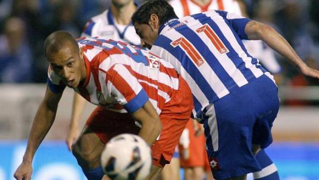 Miranda, del Atlético de Madrid, defiende un balón junto a Riki, del Deportivo de La Coruña.