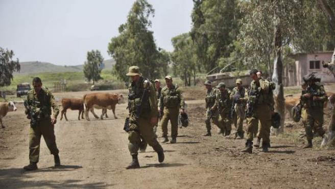 Soldados de la brigada Golani recogen sus pertenencias tras realizar un ejercicio militar en los Altos del Golán, cerca de la frontera siria.