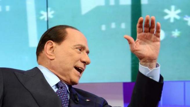 El ex primer ministro italiano y líder del partido Pueblo de la Libertad (PDL), Silvio Berlusconi, participa en el programa 'L'aria che tira' de la cadena de televisión italianan LA7, en Roma, Italia.