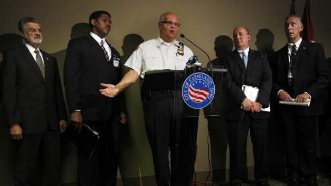 (i-d) El alcalde de Cleveland, y varios agentes de policía, el 7 de abril de 2013, durante la rueda de prensa en la que se dieeron detalles sobre el secuestro de las tres jóvenes de Cleveland.