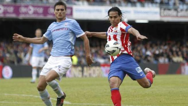 Radamel Falcao dispara a puerta ante Jonathan Vila en el Celta - Atlético.