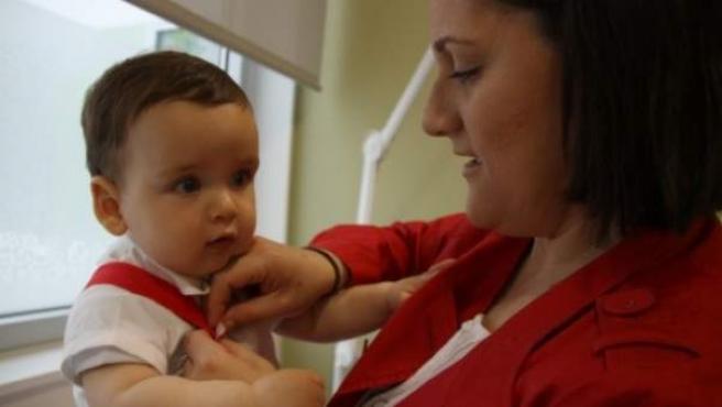 Gonzalo, el bebé que sobrevivió gracias a una intervención pionera, junto a su madre, Mª José.