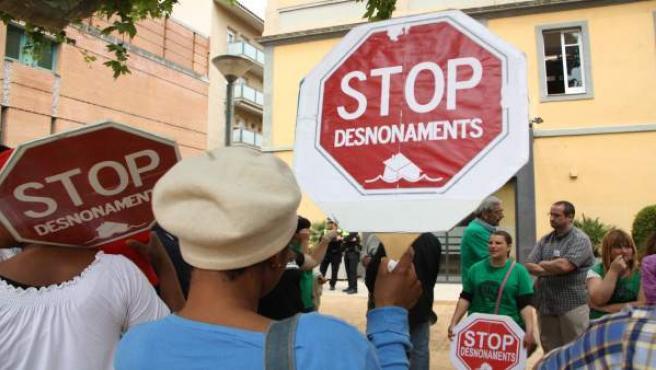 Varias personas se concentran ante el Ayuntamiento de Salt (Girona) mientras la PAH se reúne con el alcalde.