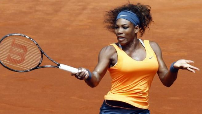 La tenista estadounidense Serena Williams golpea la bola durante el partido de octavos de final del Open de Madrid.