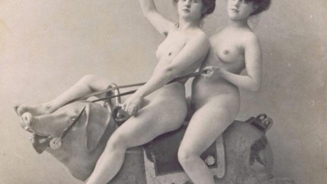 Foto anónima, datada en torno a 1900, que muestra a dos mujeres sobre la figura tallada de un tiovivo