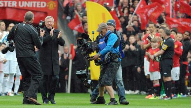 Sir Alex Ferguson es homenajeado en su último partido como entrenador en Old Trafford.