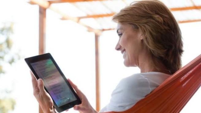 Una mujer usa su tableta electrónica.