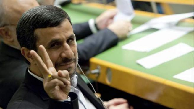 El presidente de Irán, Mahmud Ahmadineyad, hace el signo de la victoria antes de una intervención ante la Asamblea General de la ONU.
