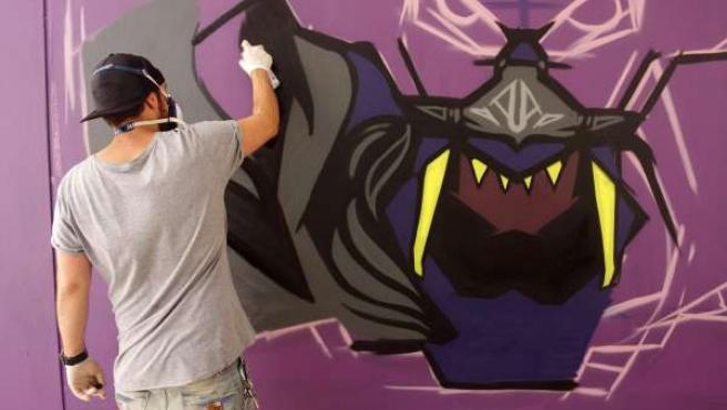 Un grafitero en el festival Poliniza de la UPV