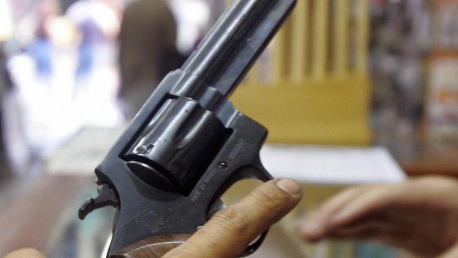 Imagen de archivo de una pistola en una tienda de armas.