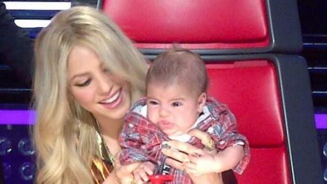 Shakira enseña a su hijo Milan sus labores como 'coach' en 'The Voice'.