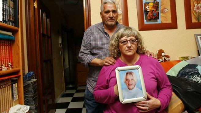 Los padres de Sandra Palo, con un retrato de su hija fallecida.