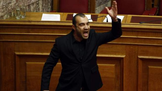Panagiotis Iliopoulos, diputado del partido ultraderechista Amanecer Dorado, al ser expulsado del Parlamento de Atenas (Grecia).