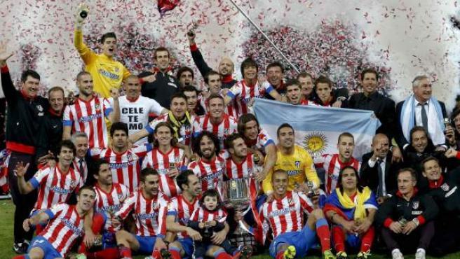 Los jugadores del Atlético de Madrid celebran su título de Copa. Se adelantó el Real Madrid con un gran gol de cabeza de Cristiano Ronaldo. Diego Costa empató el partido antes del descanso tras jugada de Falcao. En la prórroga, Joao Miranda de cabeza le dio su décima trofeo al Atleti.