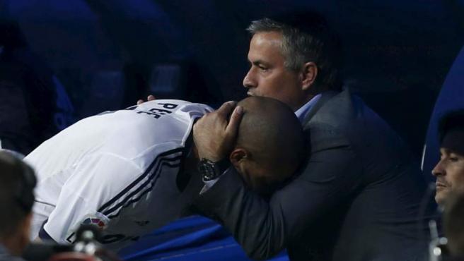 Mourinho abraza a Pepe en el banquillo del Santiago Bernabéu.