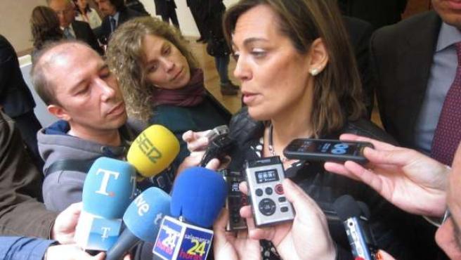 Milagros Marcos atiende a los medios en Salamanca