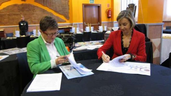 Teresa Soro y Teresa Fernández firmando el convenio entre Ibercaja y TOPI
