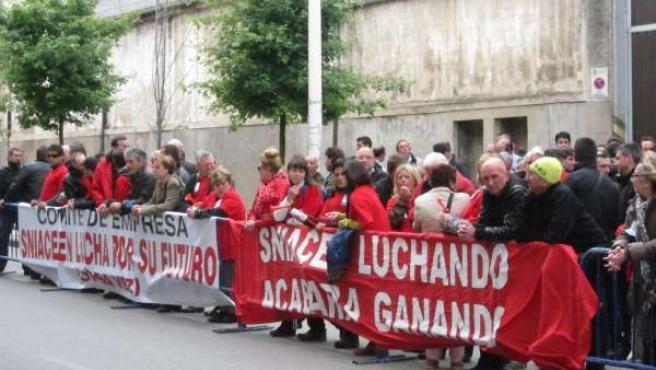 Trabajadores de Sniace protesta ante el Parlamento