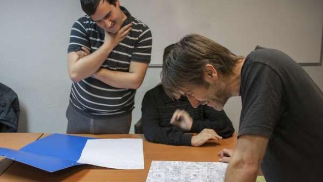 Paco Roca dirige un taller de cómic para niños autistas
