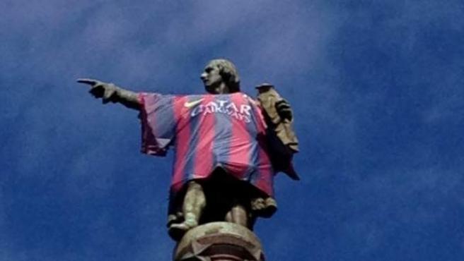 El monumento a Cristóbal Colón con una gran camiseta del FC Barcelona.