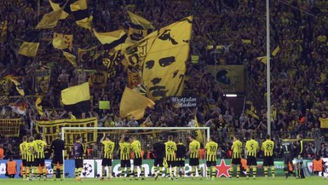 Los jugadores del Borussia Dortmund saludan a sus seguidores al término del partido de ida de las semifinales de la Liga de Campeones ante el Real Madrid, disputado en el estadio Signal Iduna Park de Dortmund, Alemania.