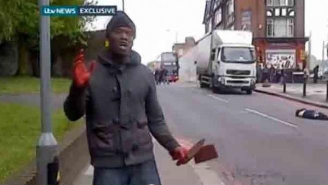 Uno de los autores de la muerte de un soldado en el barrio de Woolwich (Londres), minutos después de la agresión.