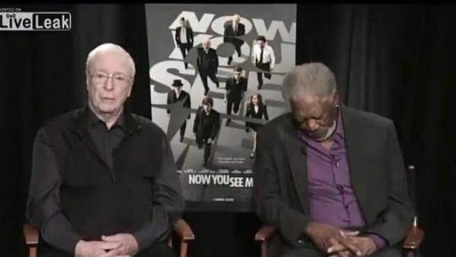 Morgan Freeman y Michael Caine en una conexión en directo.