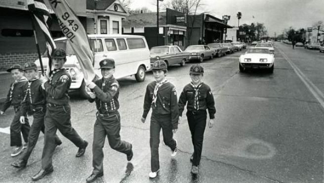 El fotógrafo Bill Owens retrató a un grupo de Scouts, como documento de la forma de vida de la clase media en las grandes urbanizaciones suburbiales en EE UU.