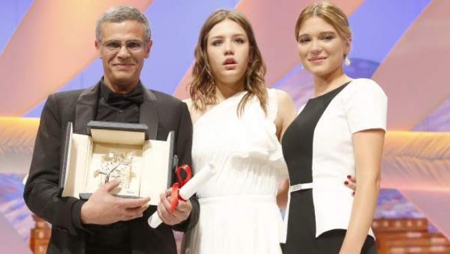 Abdellatif Kechiche, director de 'La vida de Adele', con la Palma de Oro en el Festival de Cannes, junto a las actrices protagonistas, Adele Exarchopoulos (c) y Lea Seydoux.