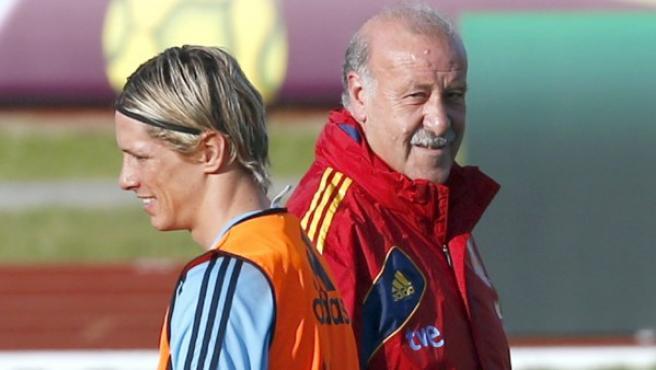 El delantero internacional español Fernando Torres (i) y el seleccionador nacional, Vicente del Bosque (d).